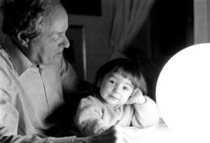 lo scrittore ed artista Pinin Carpi con la sua nipotina