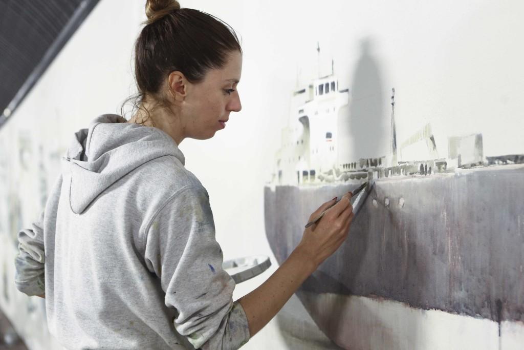 Sara Comelli al lavoro sui murales. Foto Luca Petrinka