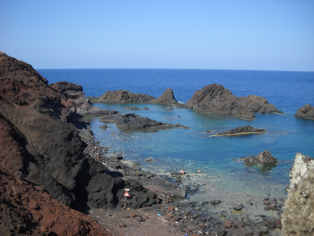 La baia dei Faraglioni a Linosa