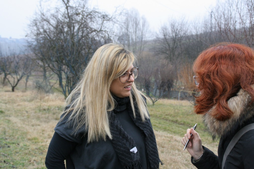 Nadia Curto racconta, camminando le vigne. Foto L. Monasta