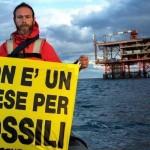 Nella foto distribuita dall'ufficio stampa il 31 luglio 2014 la Rainbow Warrior, nave simbolo di Greenpeace, entrata in azione nel mar Adriatico presso la piattaforma petrolifera Rospo Mare B, di proprietà Edison ed Eni. ANSA/UFFICIO STAMPA GREEN PEACE +++NO SALES - EDITORIAL USE ONLY - NO ARCHIVE+++